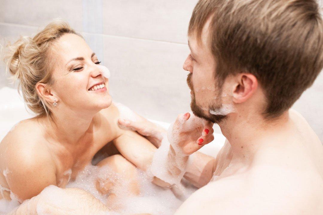 Boudoir-couples-photoshoot-in-the-bath